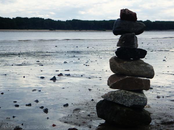 Torre de rocas a las orillas del Elba en Hamburgo