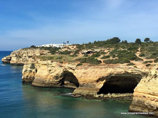 acantilados y cuevas en el Algarve
