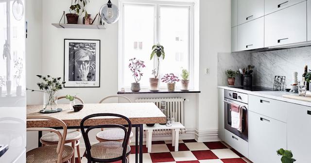 ... : Home tour: sfumature di verde e rosa per un appartamento rilassante