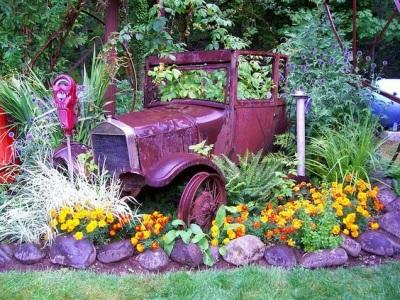 pot bunga dari mobil bekas ini merupakan hasil daur ulang termahal yang pernah saya lihat.