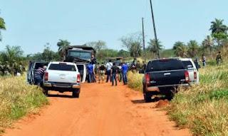 Los atacantes serían los miembros de un comando del denominado Ejército del Pueblo Paraguayo (EPP), una guerrilla que comenzó a operar en 2008 pero nunca había cometido un golpe de este nivel destructivo. El gobierno suspendió ayer todas las actividades después de conocer la noticia que sacudió al país.