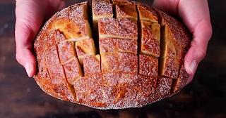Παίρνει ένα καρβέλι ψωμί και το κόβει σε κυβάκια,Μόλις δείτε το λόγο, θα το κάνετε και εσείς!