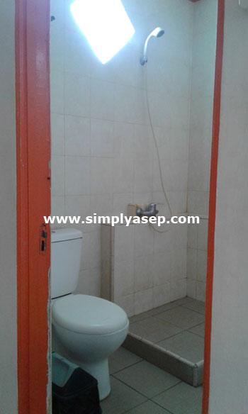 SHOWER : Fasllitas kamar mandi atau shower Hotel Sentosa Singkawang  juga baik l3ngkqp dengan pilihan panas atau dingin.  Anda boleh membawa peralatan mandi sendiri juga kok. Foto Asep Haryono