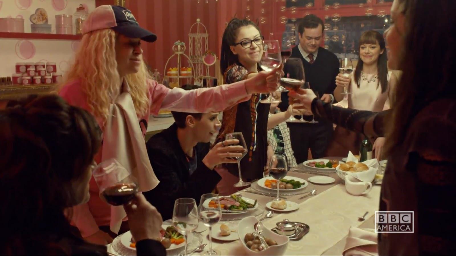 El reparto de Orphan Black en una escena de la tercera temporada