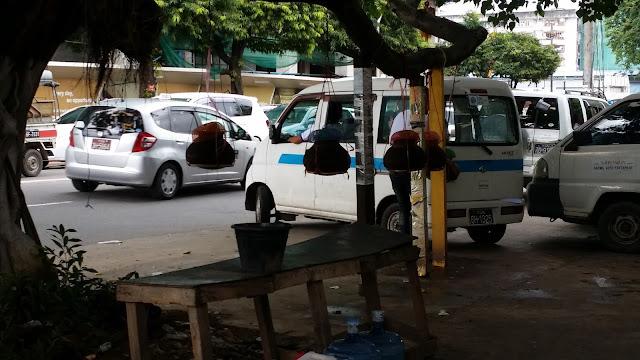 Recipientes de agua en Yangon