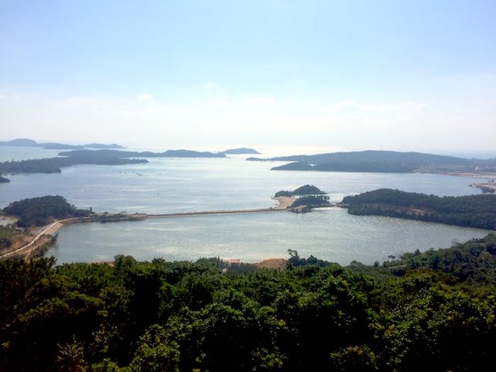 Khung cảnh trên đảo Cô Tô nhìn từ hải đăng.