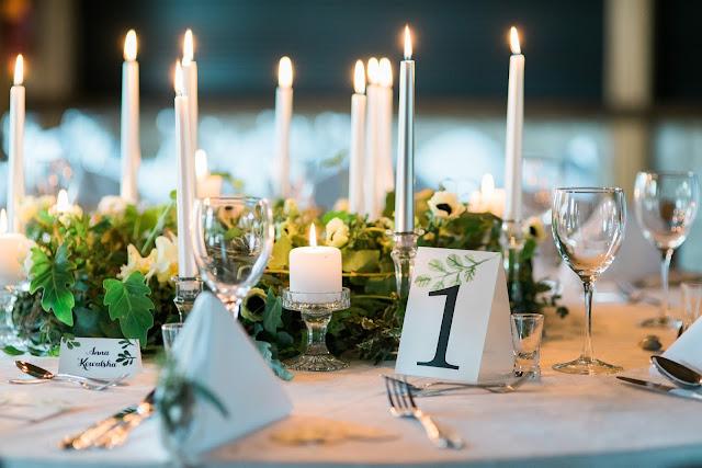 Zielone ozdoby z liśćmi dębu na weselnym stole
