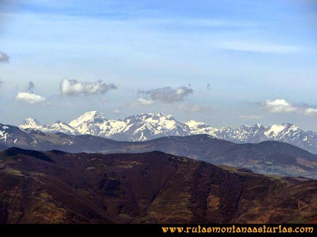 Ruta Retriñon: Desde Vega Valencia, vista del macizo de Ubiña