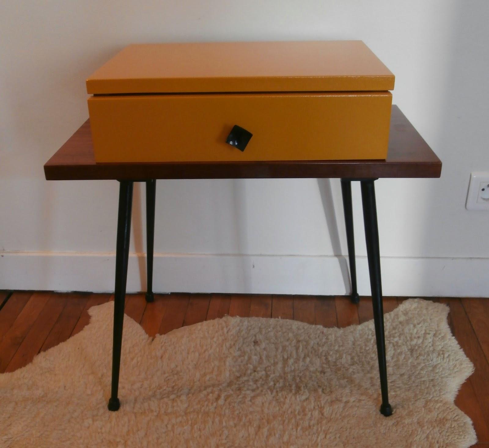 dur e de vie ind termin e table de chevet jaune pieds m tal. Black Bedroom Furniture Sets. Home Design Ideas