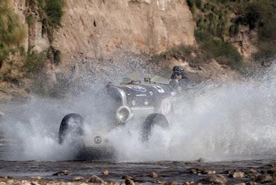 As máquinas cruzam o leito pedregoso de riachos, arrefecendo os pneumáticos.