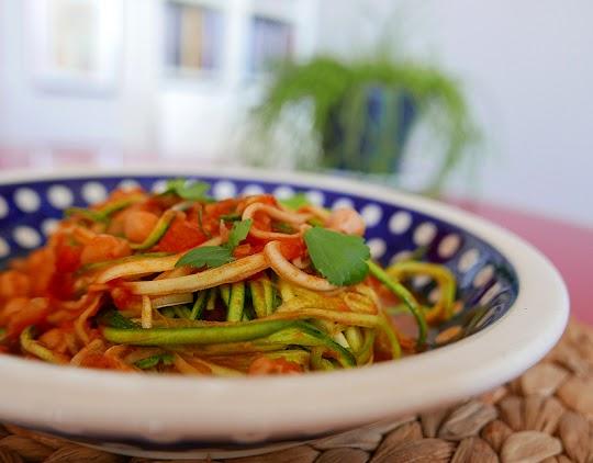 Spaghetti z cukinii z ciecierzycą w pomidorach