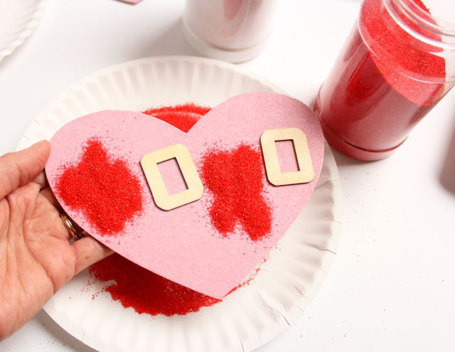 Make sand art valentines with this simple trick! #valentinecards #sandart #valentinecrafts