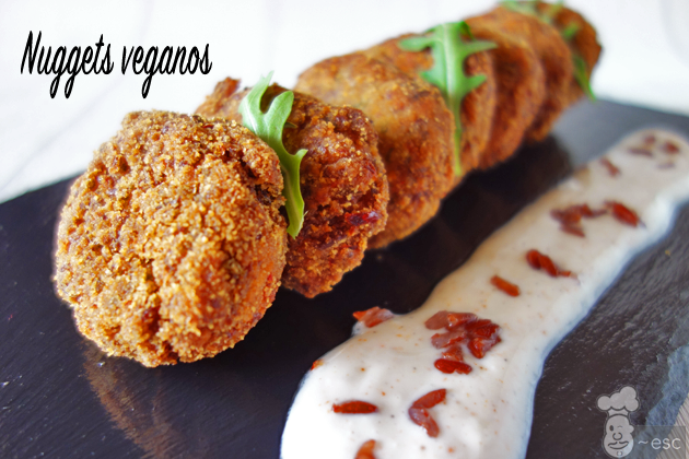 Cómo hacer nuggets veganos caseros de arroz rojo con salsa de yogur