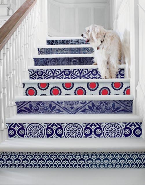 Lapisi anak tangga dengan stiker wallpaper biar keren