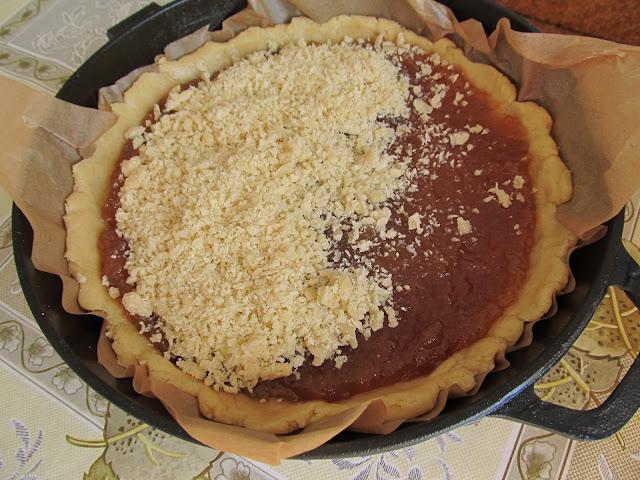 Натираємо на терці тісто та рівномірним шаром посипаємо пиріг