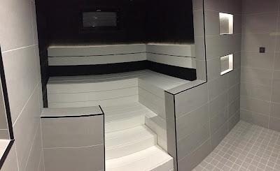 mustavalkoinen sauna, harmaa kylpyhuone, laattalista musta, Siparila saunapaneeli, rakennusblogi, Unelmista toteutukseen blogi
