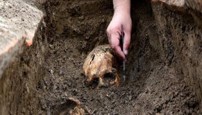 Αρχαιολόγοι προσπαθούν να αποκρυπτογραφήσουν ξόρκια σε ελληνικό αλφάβητο και σκελετούς 2.000 χρόνων στη Σερβία (φωτό)