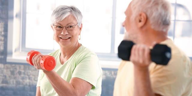 Um casal de idosos fazendo exercicios