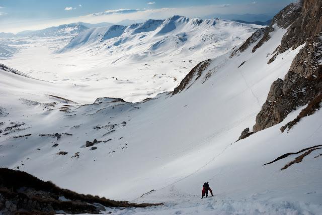 Salendo verso sella di monte Aquila, sullo sfondo monte Scindarella e Campo Imperatore