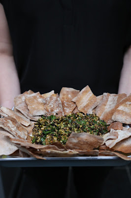 labneh , yaourt chèvre , olives, pistaches , Ottolenghi , pain plat , apéritif ,