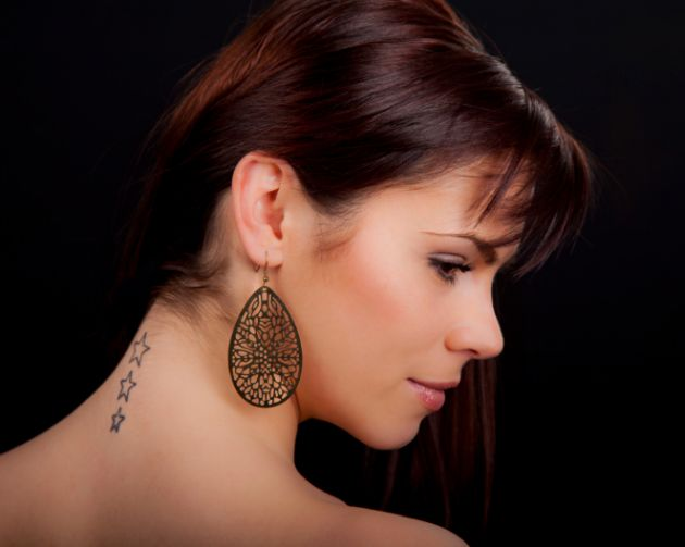 Mujer con original tatuaje en el cuello