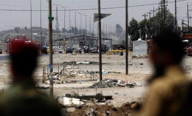 Combatentes do Estado Islâmico mantiveram nesta quarta-feira (26) sua defesa feroz contra as investidas ao sul da cidade de Mosul, segundo a Reuters