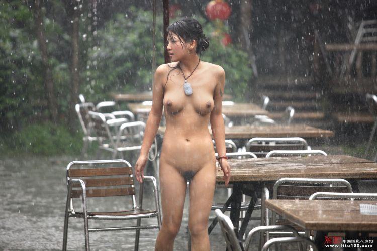 model asia cantik toket cilik sedang pose seksi di tengah hujan sehingga memek jembut lebatnya basah