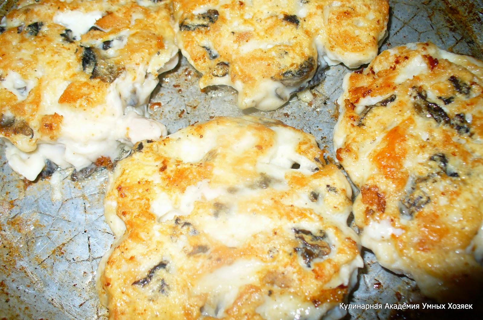 куриные оладьи с грибами жарятся