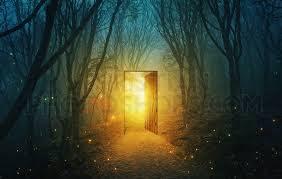 Ανοιχτή πόρτα, στο δάσος, από την οποία εξέρχεται φως (σουρεαλισμός).