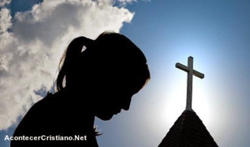 Mujer orando contra la apostasía en la iglesia