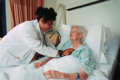 Foto de una doctora chequeando el corazón de su paciente por Insuficiencia cardiaca