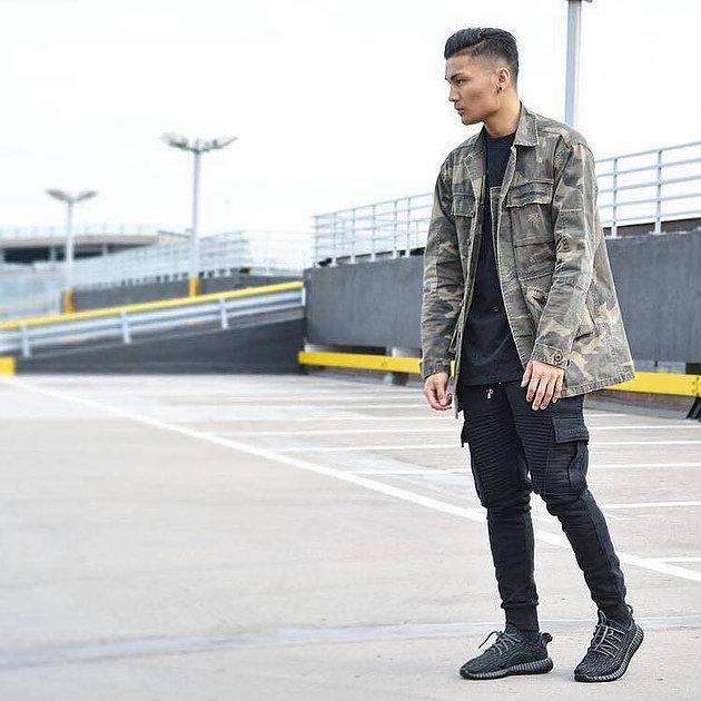 Look Masculino com Calça Biker Jeans Preta e Jaqueta Camuflada