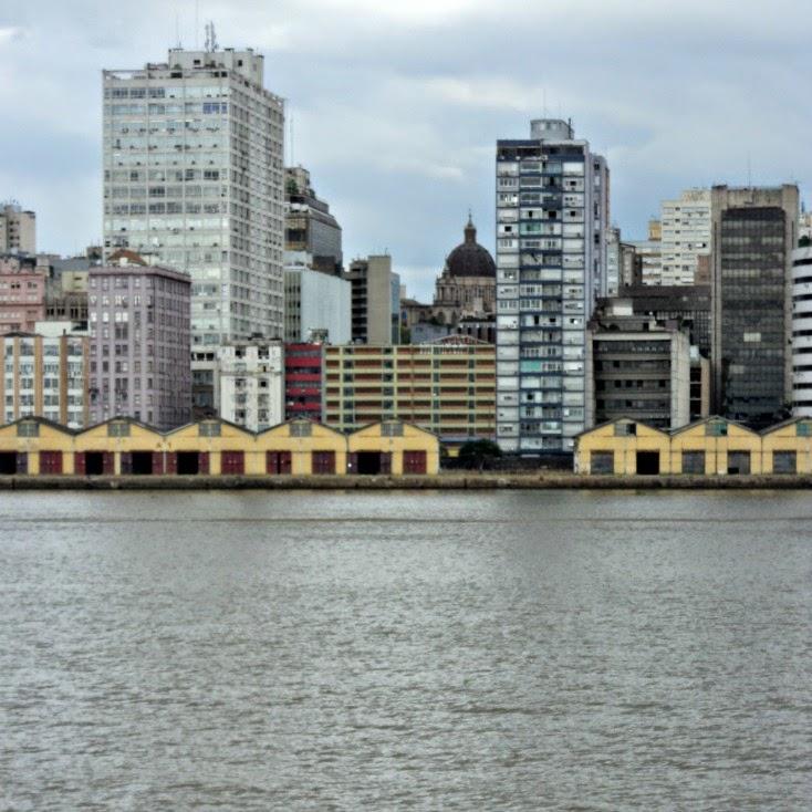 Cais do Porto e Cúpula da Catedral Metropolitana de Porto Alegre (no fundo, ao centro)