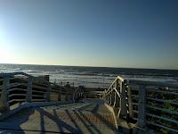歩道橋の上から見える荒れた大海原