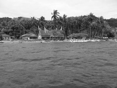 Sejarah Danau Singkarak - Sumatera Barat   Danau Singkarak dengan luas 107,8 m2 merupakan danau terluas kedua setelah Danau Toba di Pulau Sumatra, Indonesia. Danau yang berada di ketinggian 36,5 meter dari permukaan laut ini terletak di dua kabupaten di Provinsi Sumatra Barat, yaitu Kabupaten Solok dan Kabupaten Tanah Datar. Jika para wisatawan yang ingin menikmati keindahan panorama Danau ini, ada beberapa titik yang perlu di singgahi yakni di Daerah Kenagarian Kacang, Paninggahan, Malalo dan Pitalah. Namun sebahagian air danau ini dialirkan melalui terowongan menembus Bukit Barisan ke Batang Anai untuk menggerakkan generator PLTA Singkarak di dekat Lubuk Alung, kabupaten Padang Pariaman.   Danau Singkarak berada pada letak geografis koordinat 0, 36 derajat Lintang Selatan (LS) dan 100,3 Bujur Timur (BT) dengan ketinggian 363,5 meter diatas permukaan laut (mdpl).Luas permukaan air Danau Singkarak mencapai 11.200 hektar dengan panjang maksimum 20 kilometer dan lebar 6,5 kilometer dan kedalaman 268 meter.  Danau ini memiliki daerah aliran air sepanjang 1.076 kilometer dengan curah hujan 82 hingga 252 melimeter per bulan. Sebuah peninggalan sejarah penting yang diduga berkaitan dengan sejarah Minangkabau dan Pagaruyung terbenam di dalam Danau Singkarak. Belum ada laporan upaya [Danau Singkarak.] penelitian dengan melakukan
