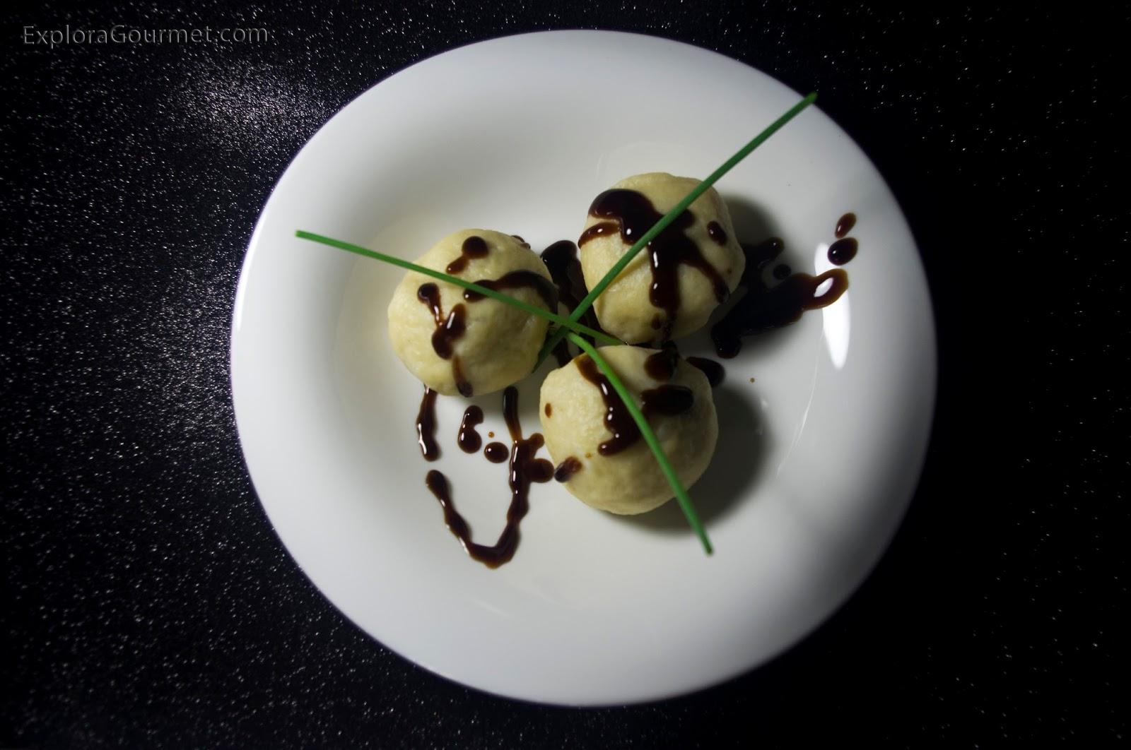 Knedle - bolitas de patata rellenas - con carne y reducción de Pedro Jimenez