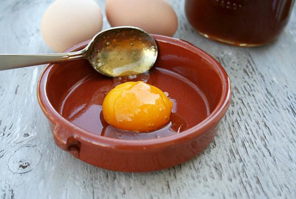 Trị nám da mặt hiệu quả bằng trứng gà với mật ong