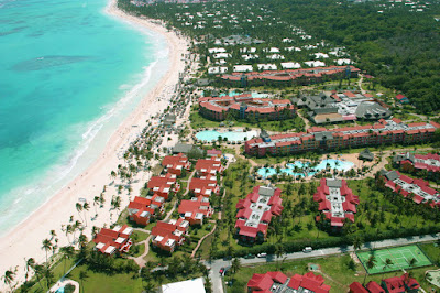 Plage, cocotiers, hôtel, piscine , terrain de tennis