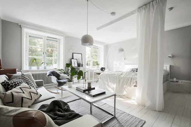 Dormitor separat de perdea într-o garsonieră de 44 m²