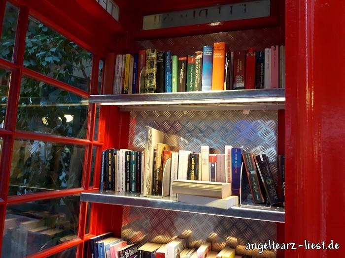 Auswahl im Bücherschrank im Rathaus von Norderstedt