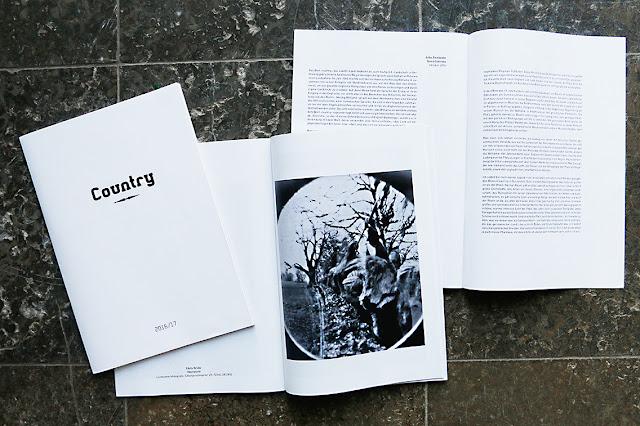 """Der Text """"Terra contrata"""" von Julia Zinnbauer ist im Magazin zur Ausstellung """"Country"""" von Alice Musiol erschienen."""