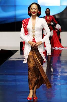 Baju Kebaya Merah Putih Paduan Selendang Batik Klasik 17 Agustus Indonesia Merdeka