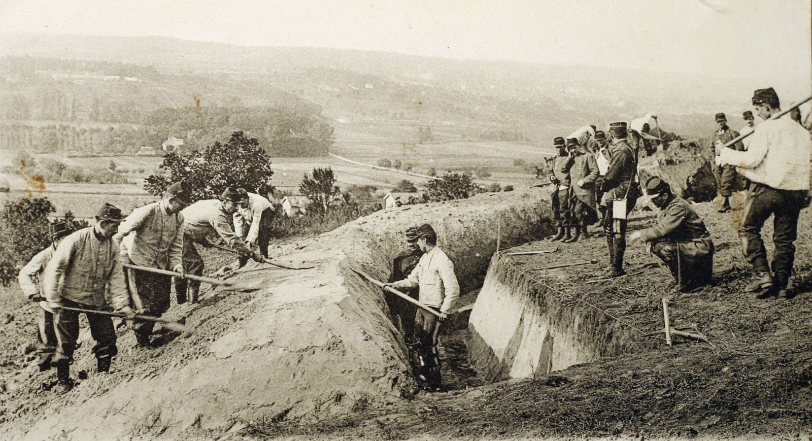 36 Amazing Historical Pictures. #9 Is Unbelievable - French soldiers digging a trench during the First Battle of the Marne- WW1