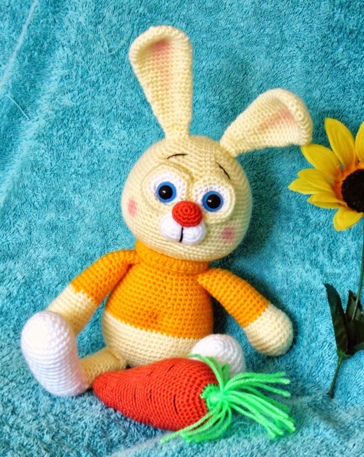Jänku porgandi kõrinaga.Bunny with carrot rattle.