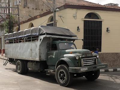 Kuba, Santiago de Kuba, alter Lastwagen, wohl sowjetisches Fabrikat, hinten Aufbau für Personentransport, voll besetzt