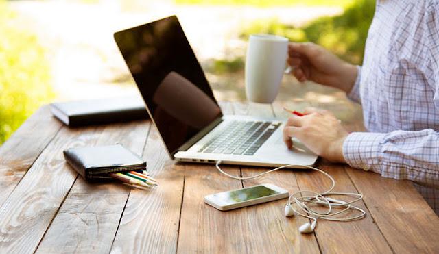 Pengertian Internet Manfaat internet di bidang pendidikan Manfaat internet di bidang sosial Manfaat internet di bidang pemerintahan Manfaat internet di bidang kesehatan Manfaat internet dalam bidang ekonomi Manfaat internet bagi industri dan perdagangan.