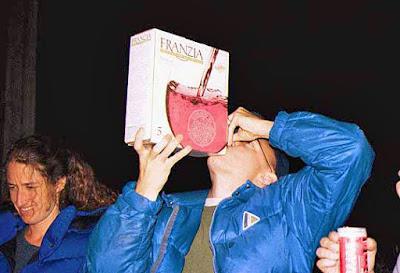 Rotwein aus dem Karton saufen - Wie in Frankreich lustig