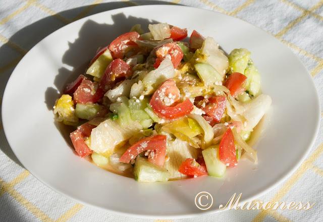 Греческий салат с творогом и бальзамическим уксусом