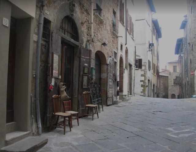 centro storico di Arezzo con botteghe chiuse