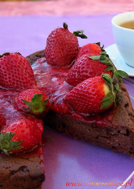 czekoladowy-sernik-z-truskawkami-na-walentynki